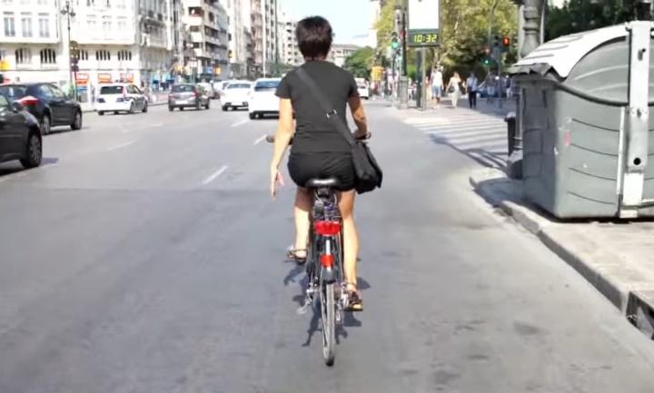 en bici por el centro del carril