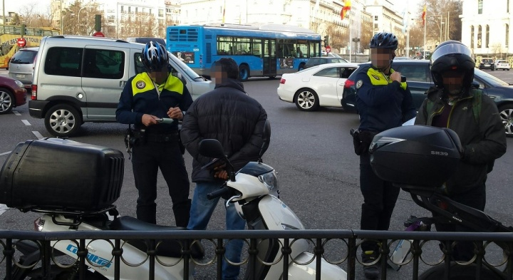 policia-multa-motos-por-invadir-carril-bici-madrid
